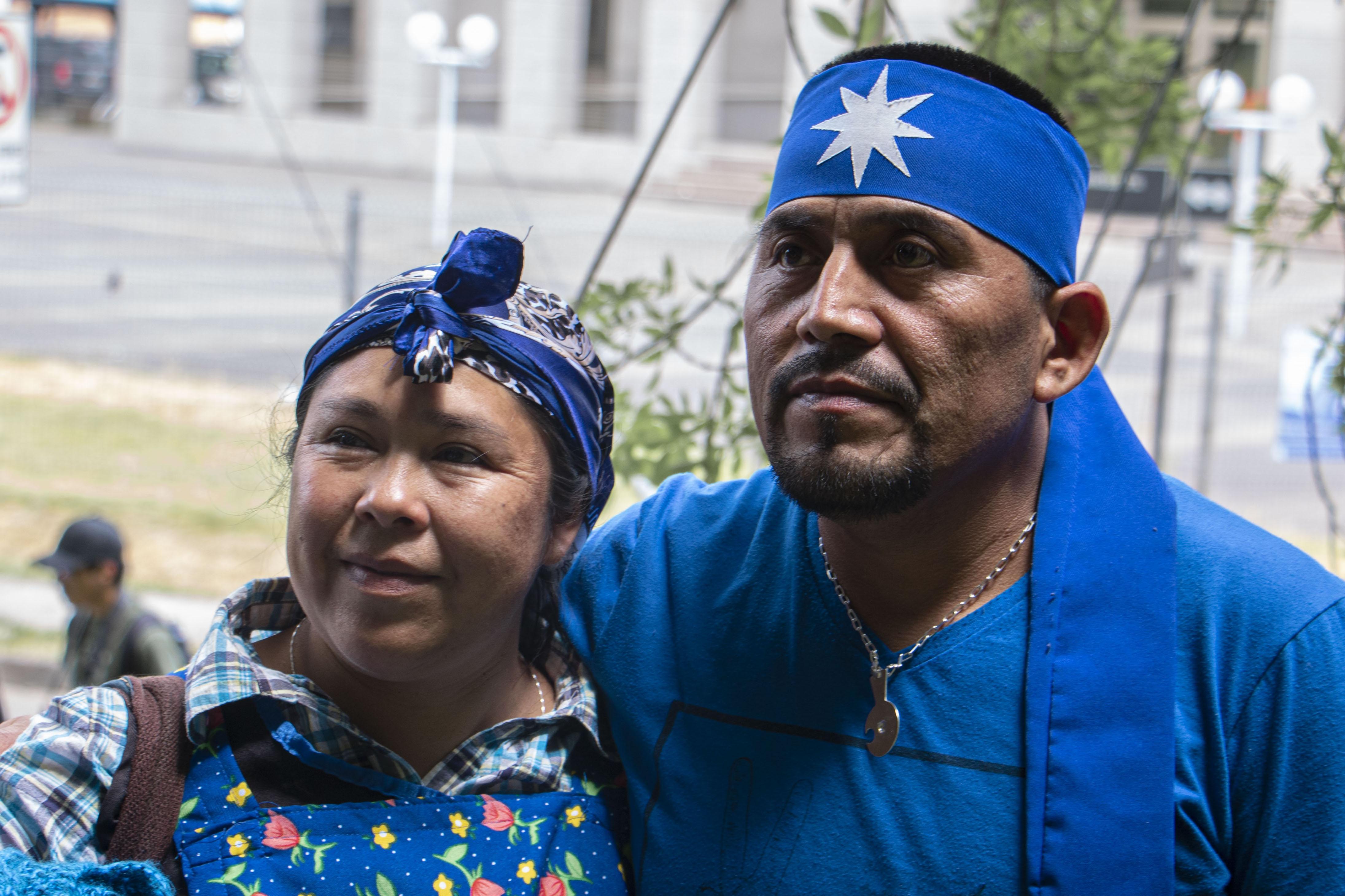 Alberto Curamil junto a su esposa Isabel Cañio. Fotografía Catalina Mundaca