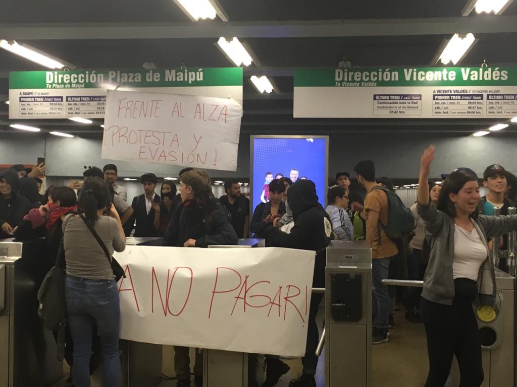 Durante la jornada hubo protestas en distintas estaciones.