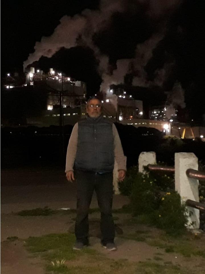 A 400 metros de su casa, Miguel Insunza convive con cuatro termoeléctricas de Aes Gener. Una es Campiche, el símbolo de una pelea que impulsó la comunidad y que terminó perdiendo en manos del lobby de Estados Unidos y del propio Estado chileno.