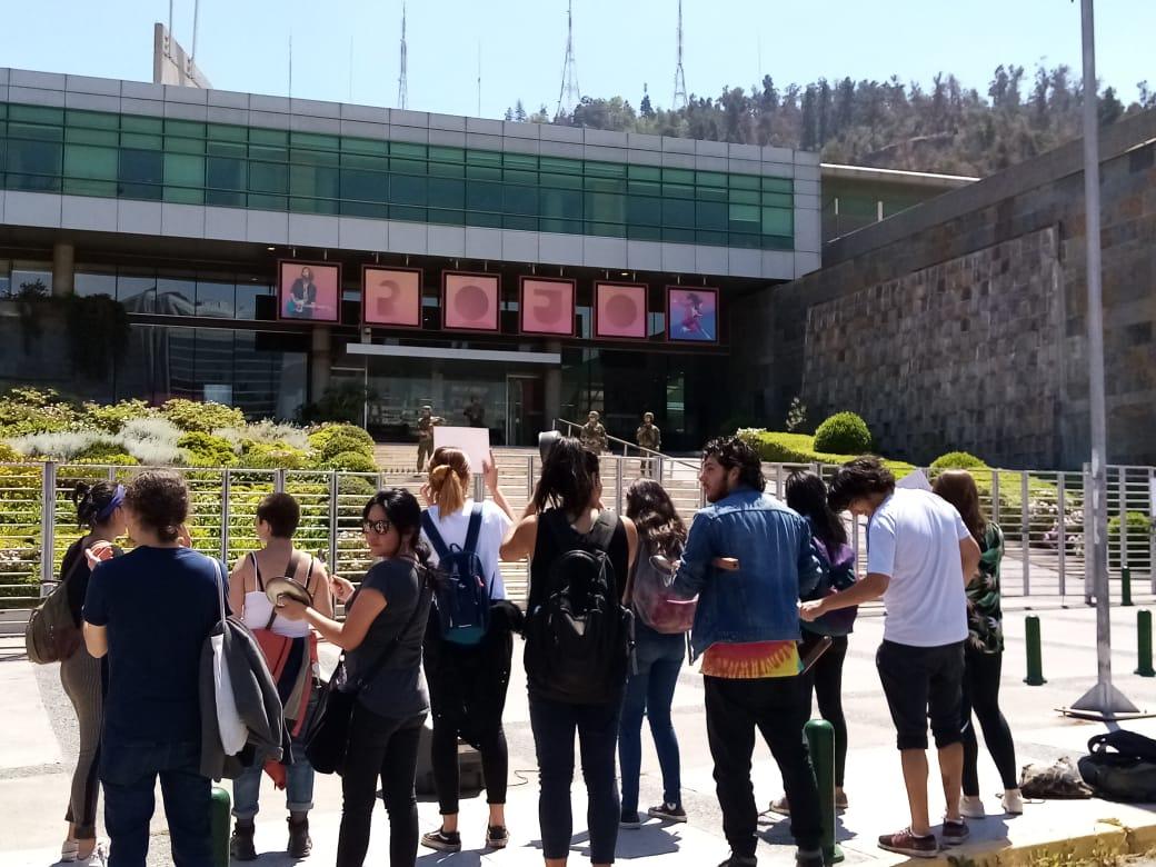 Manifestantes afuera de TVN, mientras militares custodian el canal.