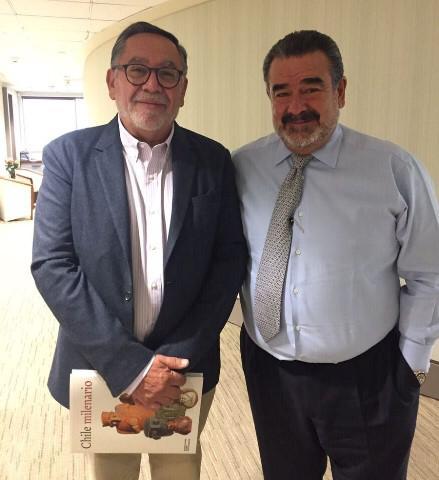 El autor Guillermo Parvex junto a su fan, el empresario Andrónico Luksic.