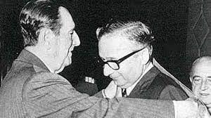 Perón condecora a Licio Gelli.
