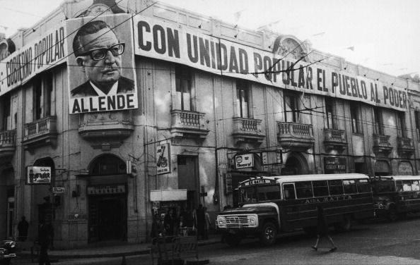 Propaganda de Allende en la sede del PC, en Teatinos con Compañía.