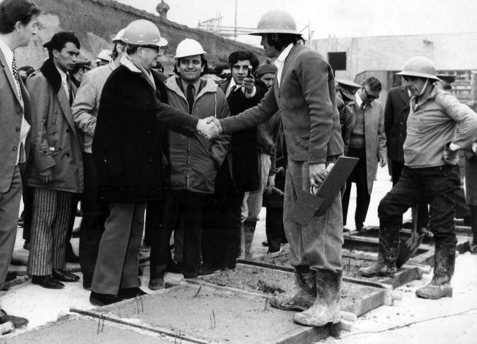 Roberto Cuéllar, de casco blanco junto al presidente Allende cuando fue ministro de Obras Públicas