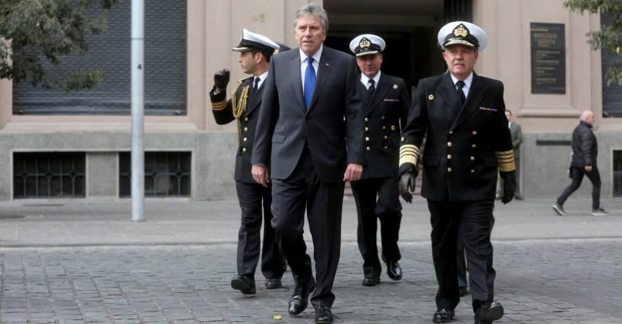 Alberto Espina junto al comandante en jefe de la Armada, Julio Leiva - Crédito: Ministerio de Defensa