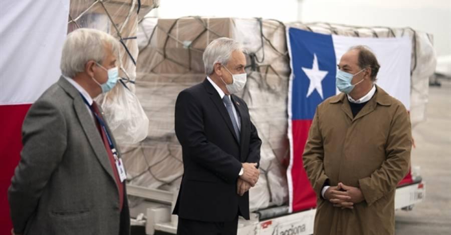 Jaime Mañalich, Sebastián Piñera y Juan Sutil recibiendo partida de ventiladores mecánicos chinos. Fuente: prensa.presidencia.cl