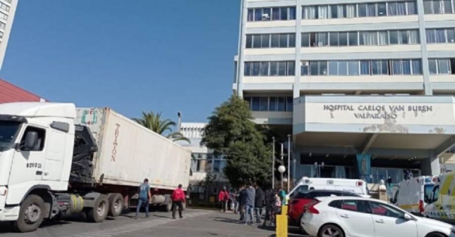 Camión refrigerante en el colapso de la morgue del Hospital Van Buren de Valparaíso