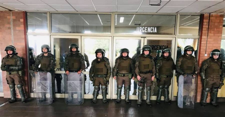 Carabineros custodiando la entrada del hospital donde se encuentra Queipul