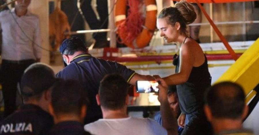 Carola Rackete saliendo del barco Sea-Watch 3. Foto: Reuters.