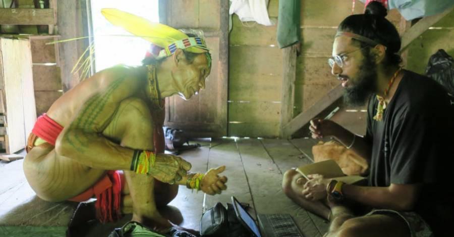Como parte de su trabajo antropológico en terreno, Manvir Singh habla con un chamán indonesio (crédito: Luke Glowacki)