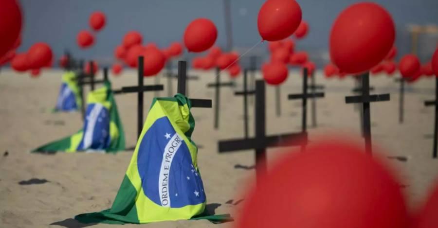 Instalación en la playa de Copacabana en memoria a las víctimas del Covid-19. (AP)