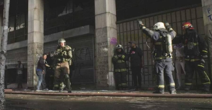 Cortesía de Frente Fotográfico: Según varios testimonios, es el teniente coronel Claudio Crespo quien pierde la paciencia y apunta a un bombero en Plaza Dignidad