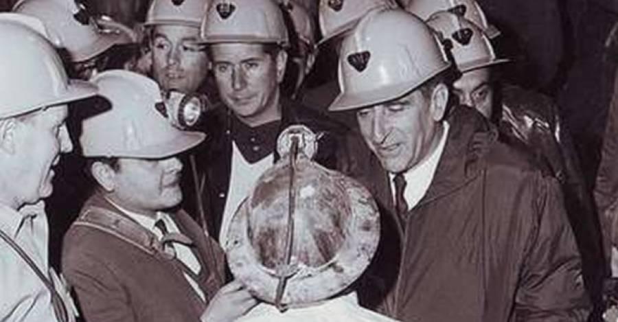 El presidente Frei con trabajadores del cobre. Foto de Radio Cooperativa.