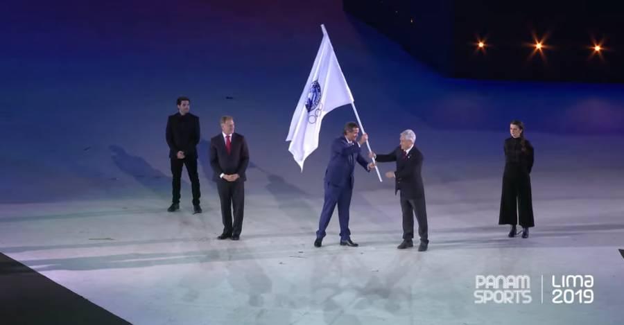¿Dónde está Wally?: El alcalde de Lima entrega la bandera al presidente de Panam Sports, y este se la entrega a Piñera