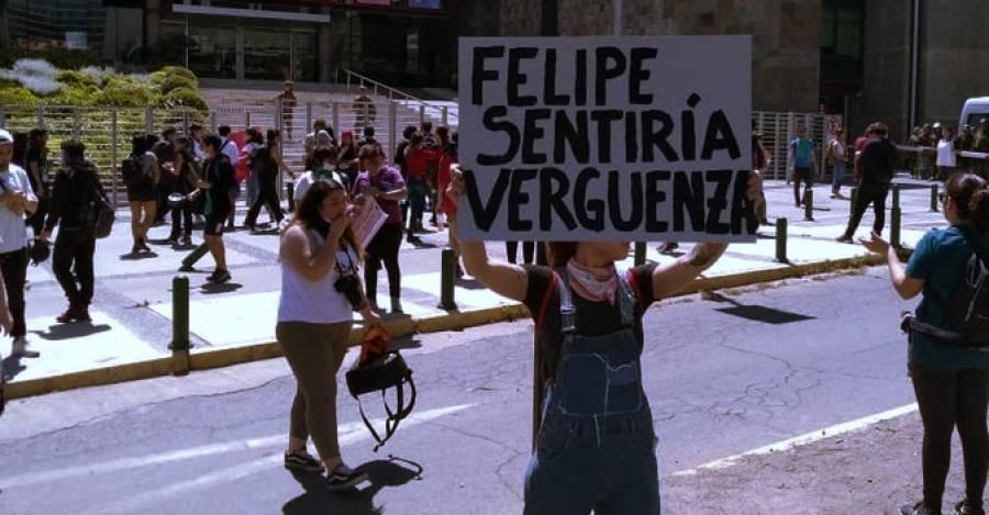 Manifestantes en las afueras de TVN hacen alusión a Felipe Camiroaga. Ayer acudieron a los distintos canales de televisión a manifestar su descontento. Fotografía: El Desconcierto.