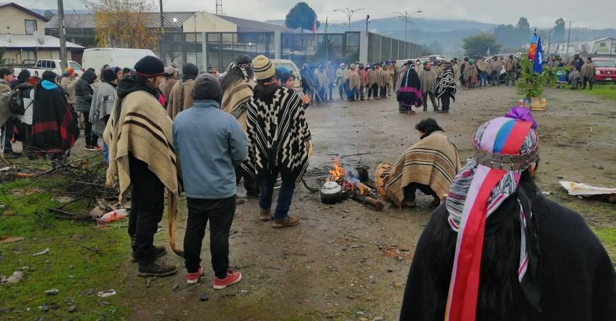 Ceremonia en las afueras de la cárcel de Angol