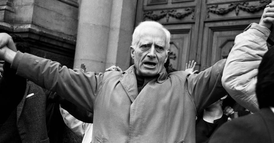 José Aldunate protestando contra la tortura en 1987 en las puertas de la Catedral de Santiago (Fotografía: Nelson Muñoz Mera)