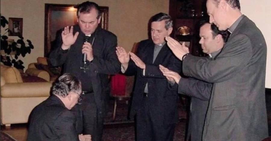 De pie, los obispos Horacio Valenzuela (Talca), Juan Barros (Osorno), Andrés Arteaga (Auxiliar de Santiago) y Tomislav Koljatic (Linares). De rodillas, Fernando Karadima.