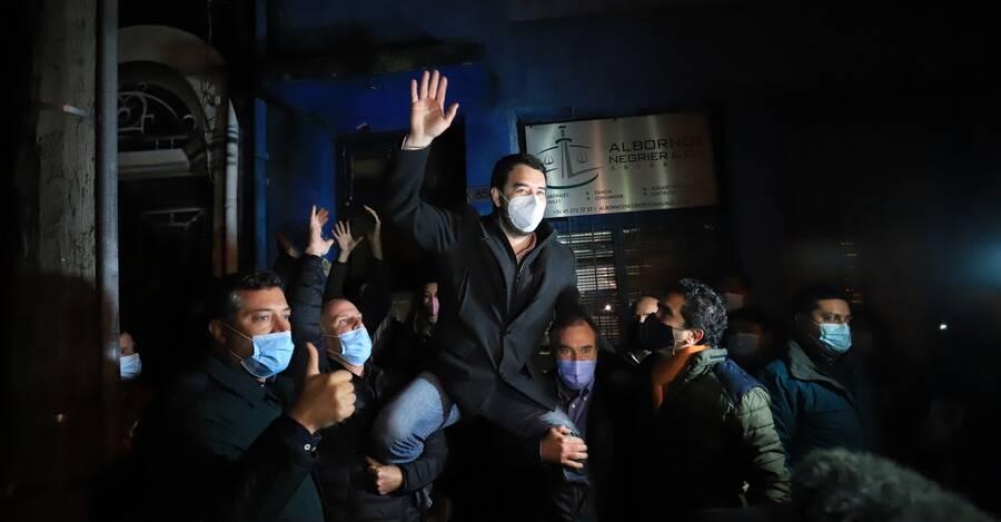 Luciano Rivas celebrando su triunfo junto a Sebastián Sichel, el senador Felipe Kast e Ignacio Briones.