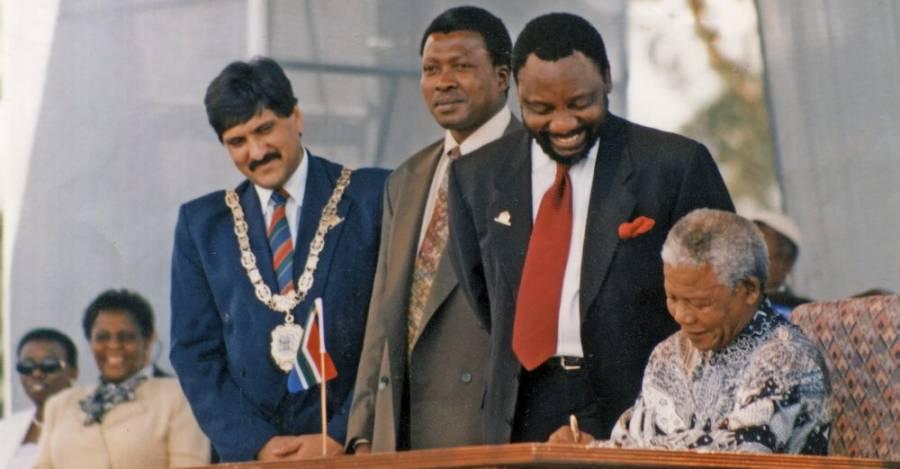 Nelson Mandela firma la Constitución sudafricana en diciembre de 1996
