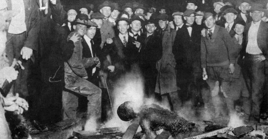 Omaha, Nebraska, 1919. Un afroamericano, acusado de violar a una joven blanca, es colgado y quemado