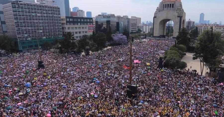 Marcha del 8-M en la Plaza de la Revolución en México.