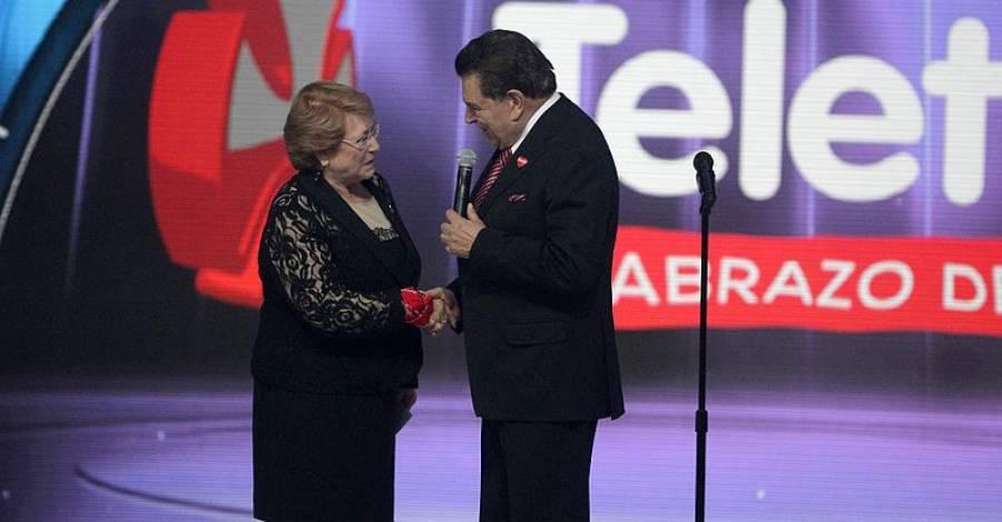 Michelle Bachelet junto a 'Don Francisco' durante una Teletón. Foto. Wikipedia Commons