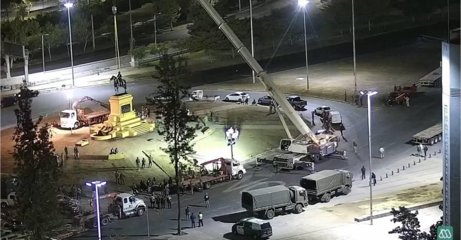 Obras de remoción de la estatua de Baquedano. Foto: @jovenyalocado_