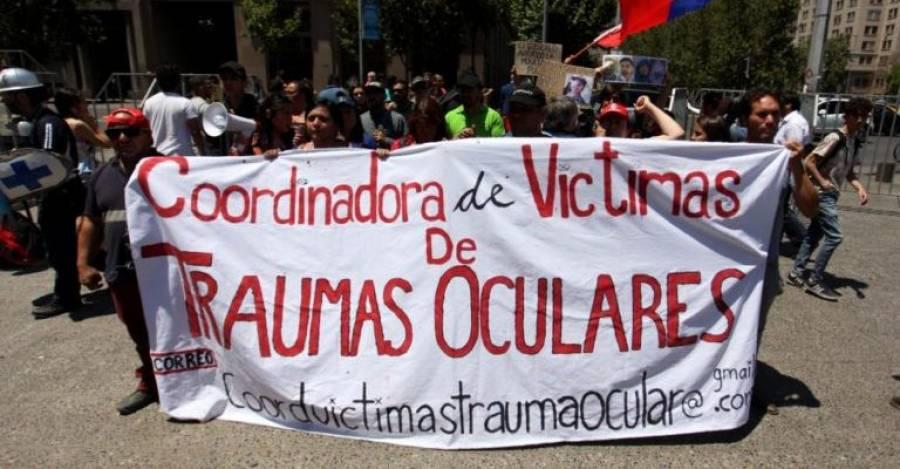 Marta Valdés y miembros de la Coordinadora en la primera manifestación frente a La Moneda.