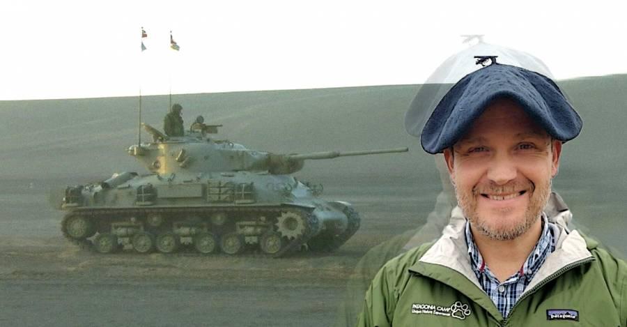 Un tanque Sherman M-51 y Rafael Villarroel Opazo