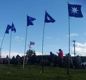 Ceremonia mapuche: Ocho wuñelfe afuera de la cárcel de Angol, representando a los huelguistas
