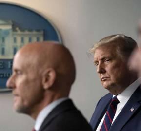 Stephen Hahn, comisionado de la FDA y Donald Trump. Foto: Alex Brandom. AP