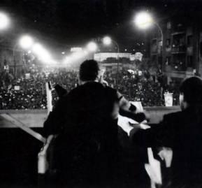 Allende se dirige a sus partidarios - Foto de Ximena Castillo.