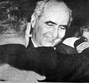Agustín Edwards Eastman, abrazado por un alto oficial de la Armada.