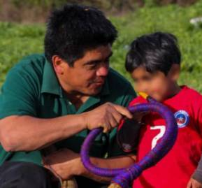 Alejandro Treuquil junto a uno de sus tres hijos