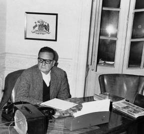 Allende en el escritorio de su casa
