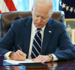 Biden firmando el histórico paquete de estímulo fiscal
