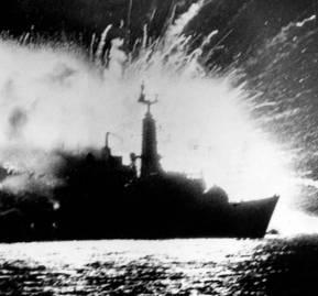 Ataque al buque británico HMS Antelope por parte de las fuerzas argentinas. Créditos: Getty Images