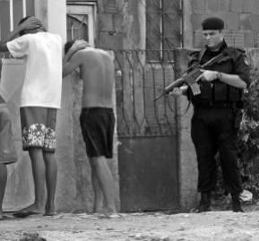 Controles policiales en las favelas.