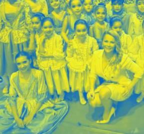 Cathy Barriga y el elenco de pequeñas bailarinas maipucinas en Mendoza