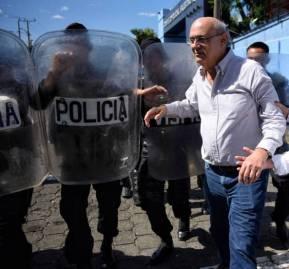 Carlos F. Chamorro, durante la ocupación policial del 'Confidencial'. Fotografía: Carlos Herrera / El País