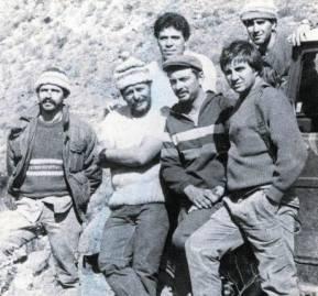 Claudio Molina -el primero de la derecha, abajo- reclutó en Valparaíso a 'Ramiro', 'Braulio', 'Joaquín', 'Tamara' y otros importantes comandantes del FPMR. En la foto, en Carrizal en el ingreso de armas