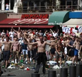 Hinchas ingleses y galeses se enfrentan a sus pares rusos en Marsella, Francia durante la Eurocopa de 2016.