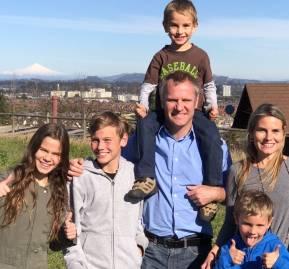 Felipe Kast, tal vez el más prominente de la tercera generación, junto a su familia