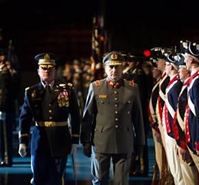 Juan Miguel Fuente-Alba en un visita a Arlington para reunirse con el Jefe de Estado Mayor del Ejército de los EE. UU., Lays Wreath.