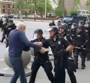 Policías de Nueva York agreden a un hombre de 75 años durante las protestas.