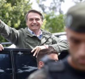 Con fuerte resguardo policial y chaleco antibalas, Jair Bolsonaro llegó al lugar de votación. Fotografía: Globo.