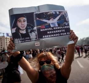 Los manifestantes comienzan a reivindicar la imagen de las víctimas fatales de las Fuerzas Armadas. Foto: Frente Fotográfico