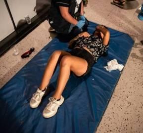 Nicole Kramm, siendo atendida por personal médico.
