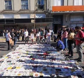 Parte del lienzo compuesto de distintos bordados en una manifestación en el centro de Concepción.